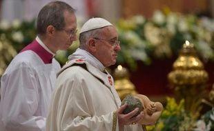 """Le pape François a assuré mardi que les """"marginalisés"""" sont les premiers à comprendre le message chrétien, exhortant les catholiques à """"ne pas avoir peur"""" de croire, dans sa première messe de minuit célébrée sur fond deviolences en Afrique et au Proche Orient."""