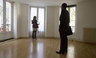 Illustration de la visite d'un appartement avec un agent immobilier.