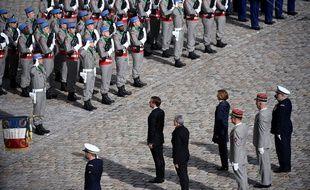 Emmanuel Macron passe les troupes en revue, dans la cour des Invalides, en hommage à Jacques Chirac, le 30 septembre 2019.