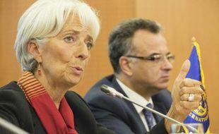 Une photo fournie par le FMI montre sa directrice générale, Christine Lagarde (G) et le ministre des Finances tunisien, Slim Chaker, lors d'une conférence de presse, le 9 septembre 2015