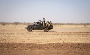 Une patrouille de soldats au Burkina Faso en direction d'un camp de réfugiés, le 3 février 2020.