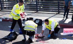 Des secouristes à Tel-Aviv, après l'agression au couteau d'un adolescent israélien, le 10 novembre 2014.