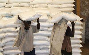Le programme alimentaire mondial des Nations unies distribue de la nourriture chaque mois à 2 millions de réfugiés au Darfour (Soudan).