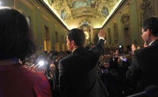 Manuel Valls salue les militants lors d'un meeting de campagne à Tours, le 26 mars 2015