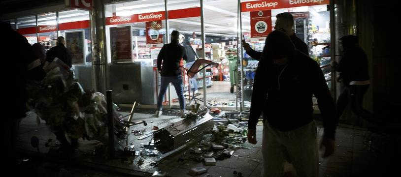 Des heurts avec la police ainsi que des scènes de pillage ont eu lieu le 20 juin 2020 à Stuttgart, en Allemagne.