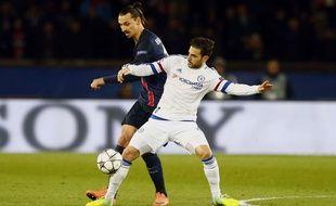 Zlatan Ibrahimovic au duel avec Cesc Fabregas lors de PSG-Chelsea le 16 février 2016.