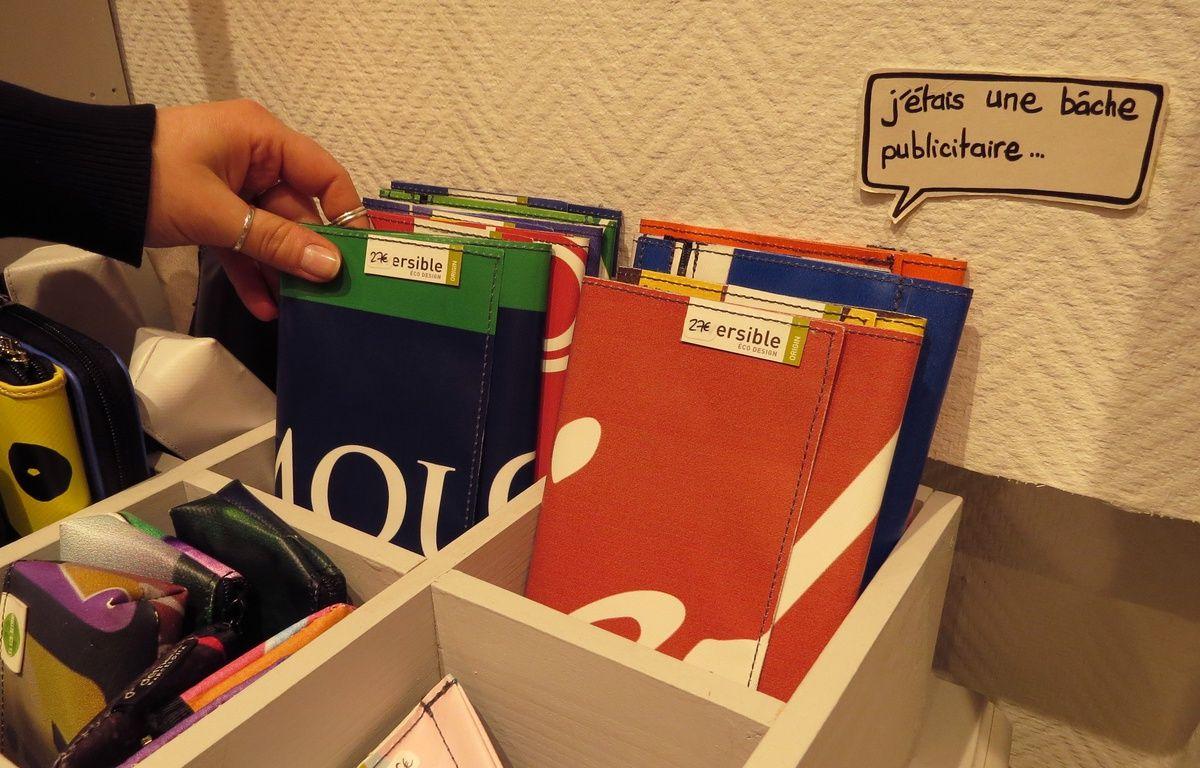 La boutique Pirouette vend par exemple des pochettes réalisées à partir de bâches publicitaires – J. Urbach
