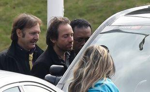 Philippe Candeloro grimpe dans un taxi à son arrivée à l'aéroport charles de Gaulle le 14 mars 2015