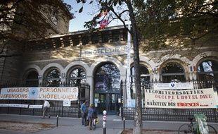 Des banderoles devant l'Hotel Dieu à Paris, le 3 septembre 2013.
