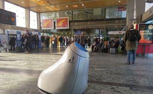 Le robot Baryl en gare de Nantes, mardi