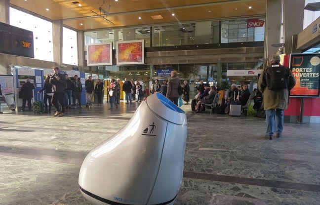 video nantes a la gare un robot qui se d place pour engloutir les d chets des voyageurs. Black Bedroom Furniture Sets. Home Design Ideas