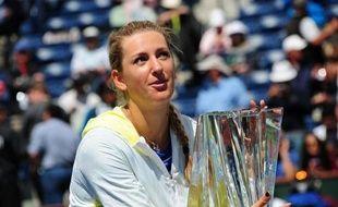 La N.1 mondiale Victoria Azarenka a poursuivi son début de saison parfait en surclassant la Russe Maria Sharapova (N.2) 6-2, 6-3 dimanche en finale du tournoi d'Indian Wells