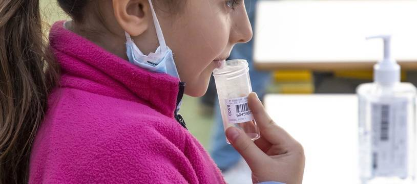 Une élève procède à un test salivaire du Covid-19 dans l'école élémentaire Mantega, le 8 mars 2021 à Nice