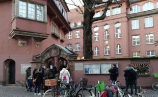 A l'entrée du groupe scolaire Saint Thomas, une des écoles rouvertes ce jeudi au surlendemain de l'attaque dans le centre de Strasbourg.