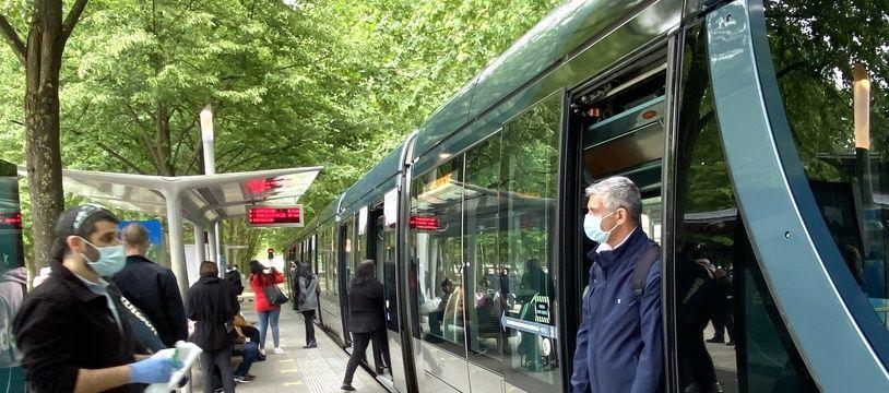A chaque changement de conducteur sur le réseau de tramway de Bordeaux, la cabine est désinfectée, comme ici aux Quinconces