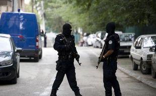 Des policiers dans une rue de Pristina, le 17 septembre 2014 lors d'une opération