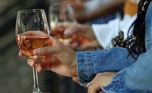 Une femme tient de verre de vin (image d'illustration).