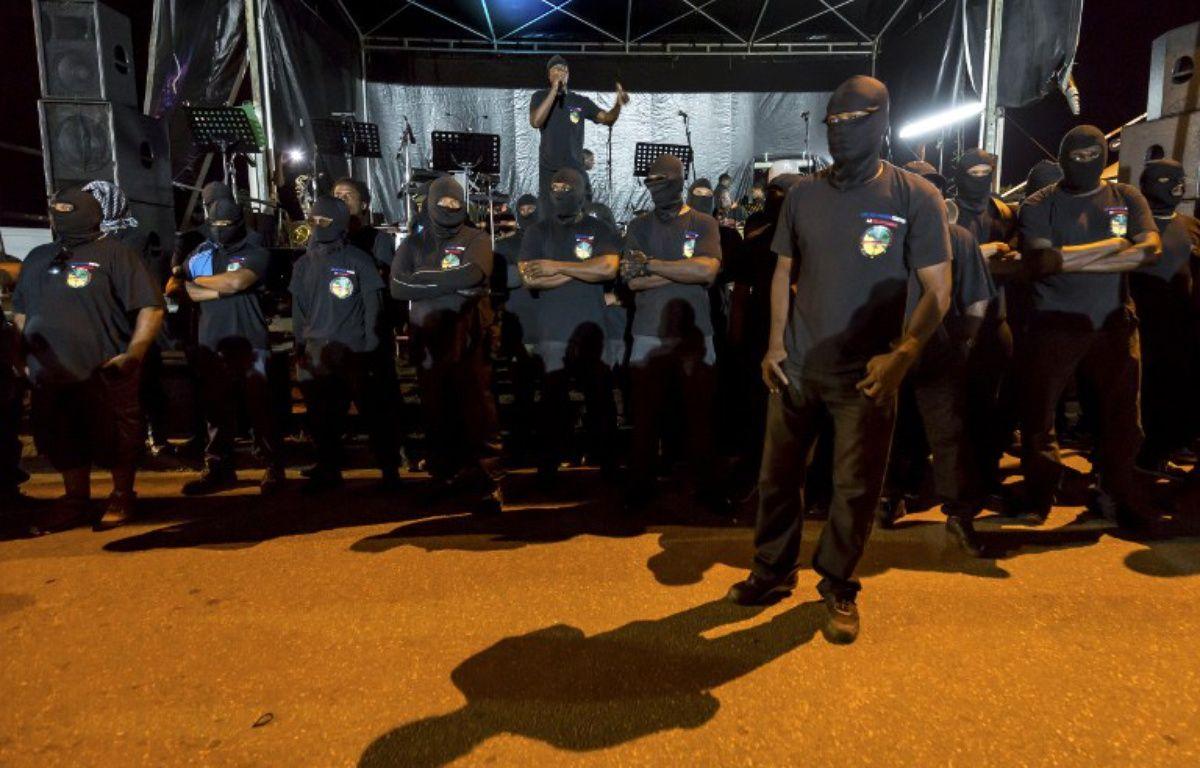 Les 500 frères sont toujours vêtus de noir et portent un masque cachant leur visage.  – Jody Amiet / AFP