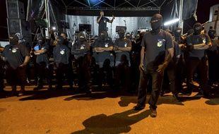 Les 500 frères sont toujours vêtus de noir et portent un masque cachant leur visage.