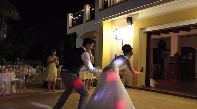 video des jeunes mari s se d foncent pour leur premi re danse. Black Bedroom Furniture Sets. Home Design Ideas