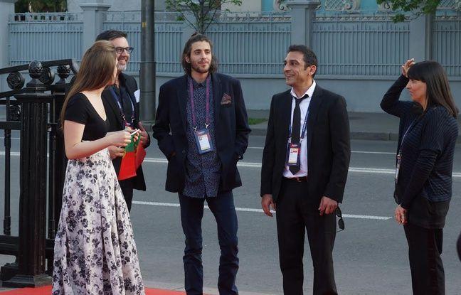 Salvador Sobral (chemise bleue) arrive au dernier moment sur le tapis rouge de l'Eurovision à Kiev, le 7 mai 2017.