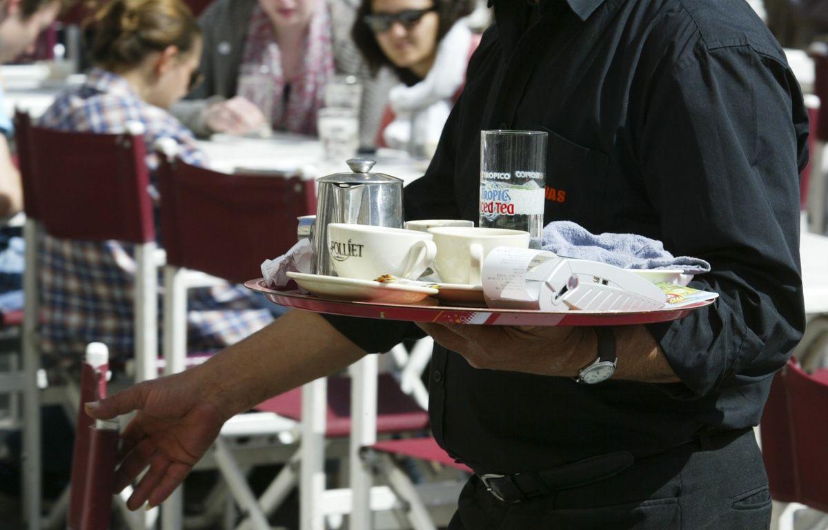 Un serveur de bar place des Terreaux de Lyon, le13 avril 2011. CYRIL VILLEMAIN/20 MINUTES – C. VILLEMAIN/20 MINUTES