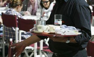 Un serveur de bar place des Terreaux de Lyon, le13 avril 2011. CYRIL VILLEMAIN/20 MINUTES