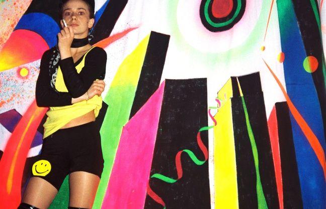 Rave dans la maison sur pilotis, région parisienne, 1992. Olivier Degorce : « Elle je la connaissais, c'était une amie. Elle dansait sur la cheminée. Mais elle a quand même un air de stupeur, elle est un peu dans une autre dimension. C'est juste des moments, des instantanées. C'est dommage qu'on ne puisse pas retrouver ces moments-là. »