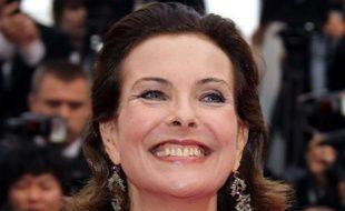 Carole Bouquet, tout sourire, est radieuse devant les photographes de Cannes .