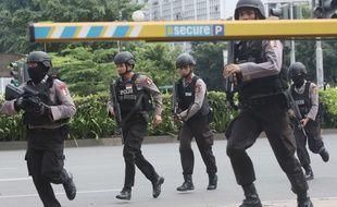 La police indonésienne aux abords de l'attaque de Djakarta, le 14 janvier 2016.