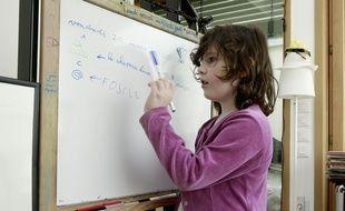 Une enfant fait l'école à la maison pendant le confinement. (Illustration)