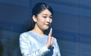 La princesse Mako, petite-fille de l'empereur Akihito, salue la foule à Tokyo, le 2 janvier 2018.