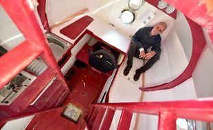 Jean-Jacques Savin, ancien parachutiste de 71 ans, pose à bord de son navire fabriqué à partir d'un baril le 15 novembre 2018 au chantier naval d'Arès, dans le sud-ouest de la France.