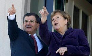 Le Premier ministre turc Ahmet Davutoglu et la chancelière allemande Angela Merkel sur le balcon d'une résidence à Ankara, lors de leur rencontre le 8 février 2016