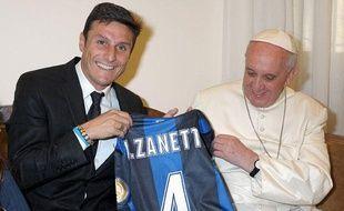 L'Argerntin de l'Inter Milan Javier Zanetti en compagnie du pape François 1er, le 26 avril 2013, àRome.