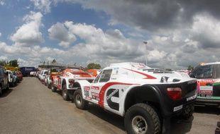 Les véhicules du Dakar, parqués sur le port de Mar Del Plata, en Argentine, avant le départ de la course, le 22 décembre 2011.