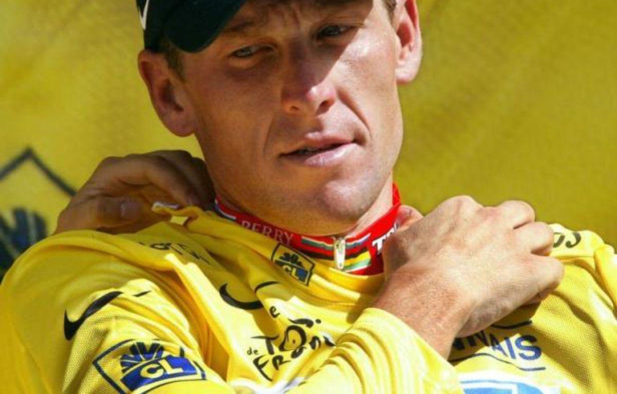Sept ans après le septième défilé en jaune de Lance Armstrong sur les Champs-Elysées, le cyclisme a déboulonné lundi de son piédestal l'ex-roi du Tour de France, qui en a pris acte sans prononcer un mot. – Joel Saget afp.com