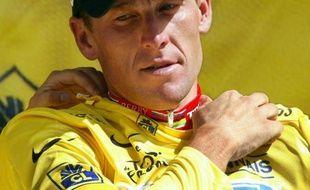 Sept ans après le septième défilé en jaune de Lance Armstrong sur les Champs-Elysées, le cyclisme a déboulonné lundi de son piédestal l'ex-roi du Tour de France, qui en a pris acte sans prononcer un mot.