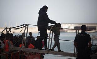 Une personne migrante avec un enfant secourus en Méditerrannée débarquent au port espagnol de Malaga, le 124 juin 2018