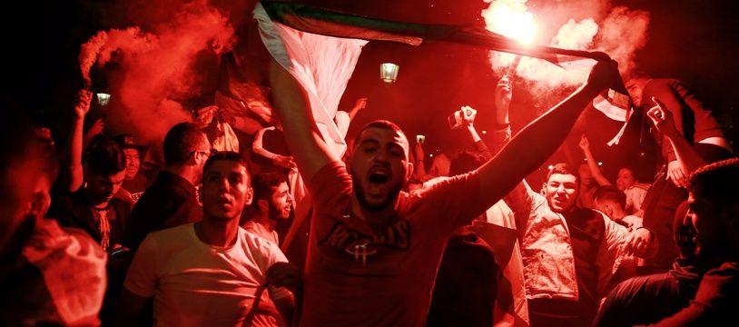 Des supporteurs algériens célèbrent la qualification des Fennecs pour la finale, le 14 juillet 2019 à Paris.