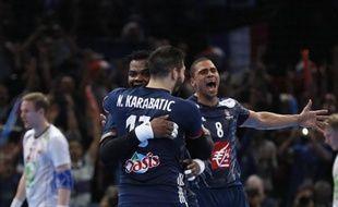 Nikola Karabatic, Cédric Sorhaindo et Daniel Narcisse, heureux comme au premier titre après la victoire lors du Mondial en France, le 29 janvier 2017.