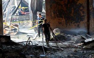 Pompiers au milieu des décombres après l'incendie d'une fabrique de chaussures, le 14 mai 2015 à Manille