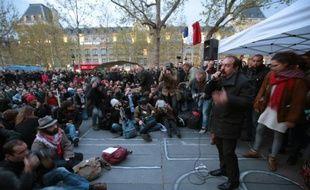 """Philippe Martinez le 28 avril 2016 place de la République devant les participants à """"Nuit debout"""" à Paris"""