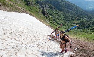 En face de l'objectif d'une amie photographe, deux jeunes femmes ont sorti leurs skis dans le massif pour glisser sur un névé entre le Frankenthal et le col de Falimont dans les Vosges fin mai.