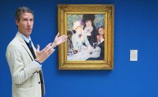 Cyrille Sciama, conservateur au musée d'arts de Nantes, devant «La fin du déjeuner» de Renoir.