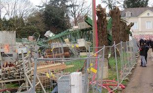 La grue s'est effondrée sur le chantier d'un immeuble d'habitation.