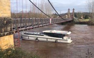 Des bateaux de plaisance dérivent depuis ce matin dans les eaux du Lot.
