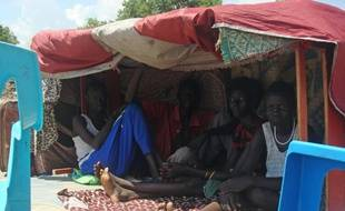 Photo fournie par les Nations Unies montrant le campement de Tomping à Juba au Soudan du Sud, le 16 juillet 2016 At least 300 people were killed and 42,000 fled their homes this month during four days of intense gun battles in the capital of South Sudan, the UN said July 15. Neighbouring Uganda and Sudan have begun to evacuate their nationals, while Ethiopia has offered to send additional troops to the UN peacekeeping there. The violence marks a fresh blow to last year's peace deal to end a civil war that began in December 2013 when President Salva Kiir accused Riek Machar, whom he had sacked a few months earlier from the post of vice president, of plotting a coup.