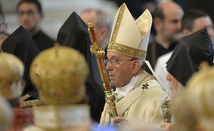 Le pape François (C) arrive pour conduire une messe pour les catholiques arméniens, le 12 avril 2015 à la basilique St Pierre au Vatican.