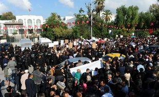 Des milliers de manifestants pro-islamistes ont convergé samedi devant le siège de l'Assemblée constituante à Tunis, où campent depuis trois jours des centaines de personnes dont de nombreux sympathisants de gauche, ont constaté des journalistes de l'AFP.